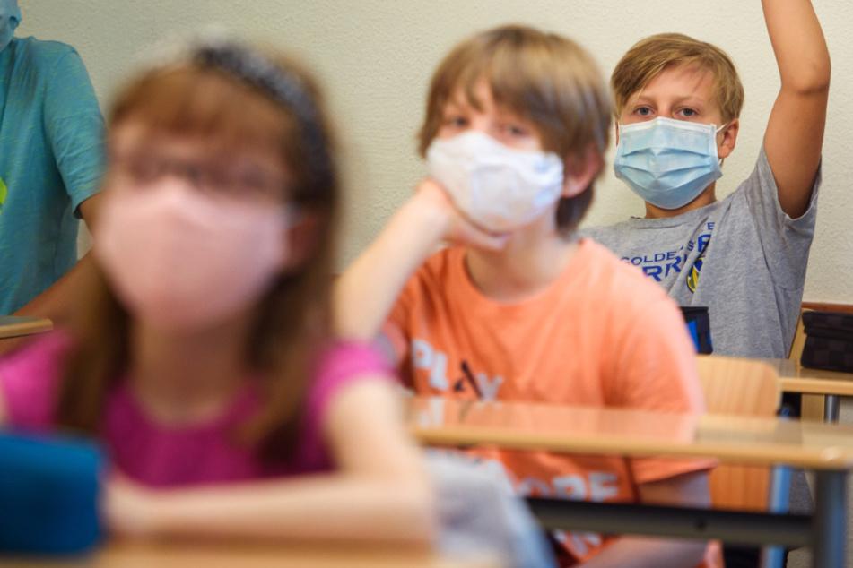 Das Foto aus dem August dieses Jahres zeigt Schüler einer Sechsten Klasse mit Gesichtsmasken im Unterricht.