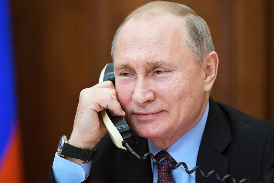 Der russische Präsident Wladimir Putin (68) am Telefon.