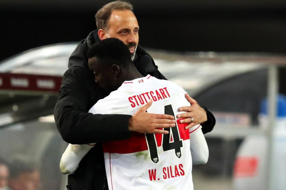 Silas Katompa Mvumpa (22, l.) bekommt beim VfB volle Unterstützung, hier wird der Kongolese von seinem Coach Pellegrino Matarazzo (43, r.) geherzt.