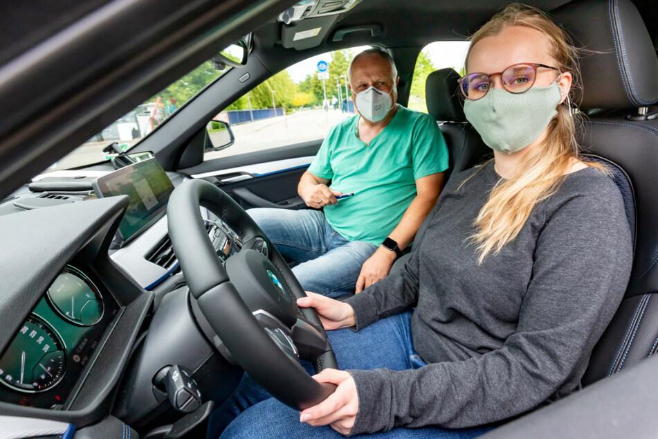 Die Einhaltung von Auflagen vorausgesetzt, dürfen auch Fahrschulen wieder Gas geben. Im Foto: der Chemnitzer Fahrlehrer Dietmar Mann mit einer Schülerin im Mai 2020 nach der ersten großen Lockerung.