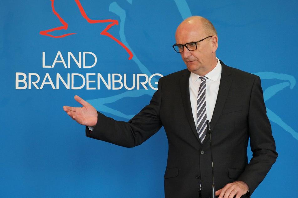 Dietmar Woidke (59, SPD), Ministerpräsident von Brandenburg, spricht während einer Pressekonferenz.