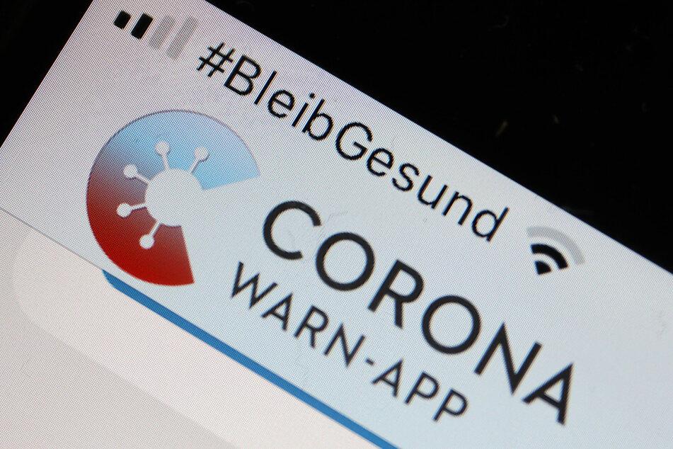 Die Corona-Warn-App mit der Seite zur Risiko-Ermittlung ist im Display eines Smartphone zu sehen. (zu dpa «Corona-Warn-App wird um Symptome-Tagebuch erweitert») Foto: Oliver Berg/dpa +++ dpa-Bildfunk +++