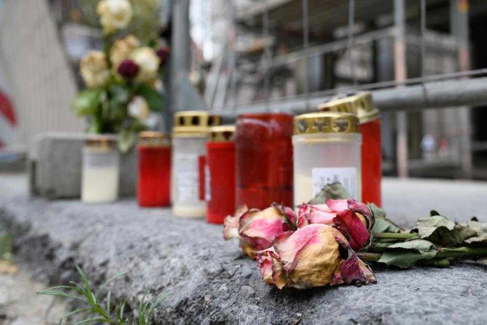 Kerzen und Blumen am Tatort.