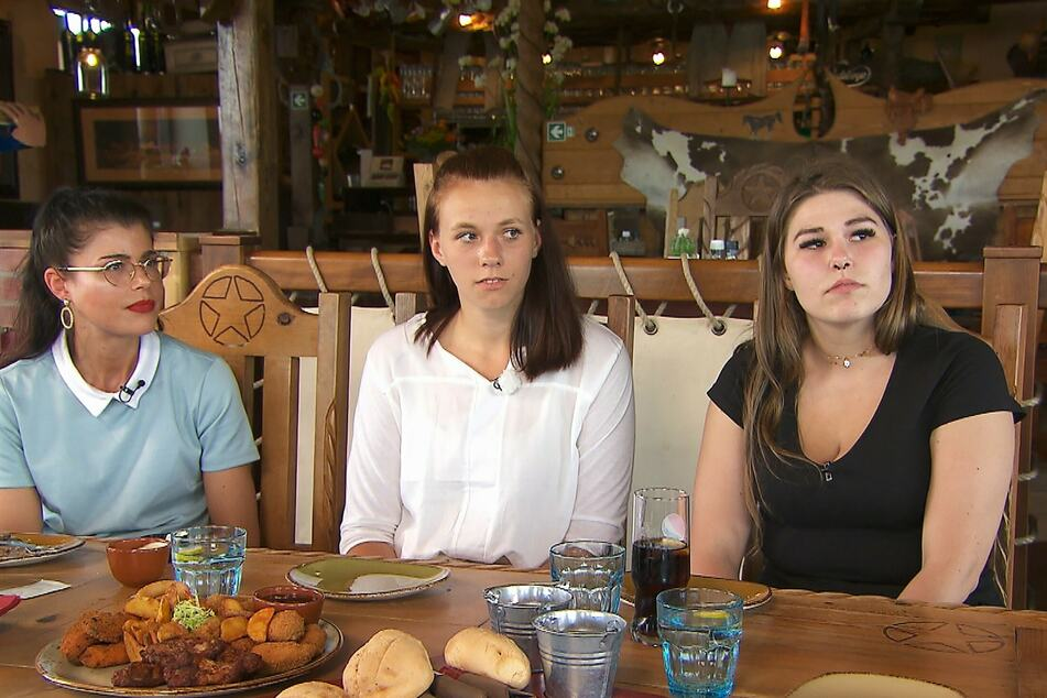 """Sind für Simon angereist: Christina, Dana und Jaqueline """"Jacky"""" (v.l.n.r.)."""