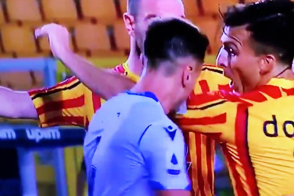 Biss-Attacke in Italien: Lazio-Spieler knabbert Gegner am Arm und sieht rot