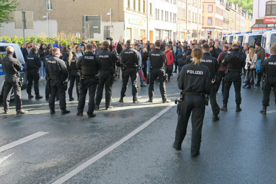 Abseits der Kundgebung in Aue versammelten sich zahlreiche Personen.