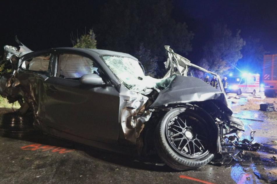 Schrecklicher Unfall: 25-Jährige stirbt noch an der Unfallstelle