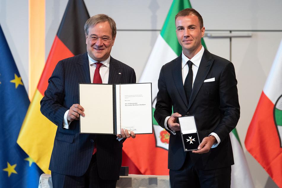 Armin Laschet (60, CDU), Ministerpräsident von Nordrhein-Westfalen, verlieh im Sommer 2020 den Landesverdienstorden an Fußballspieler Mario Götze (28).