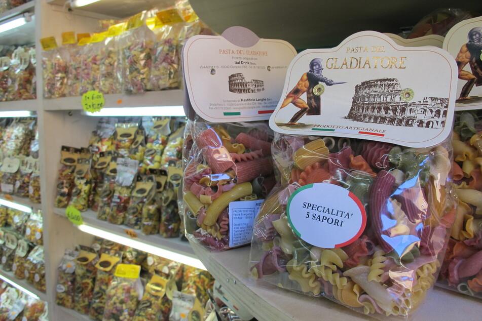 Pasta wird in einen Supermarkt in Rom zum Verkauf angeboten.