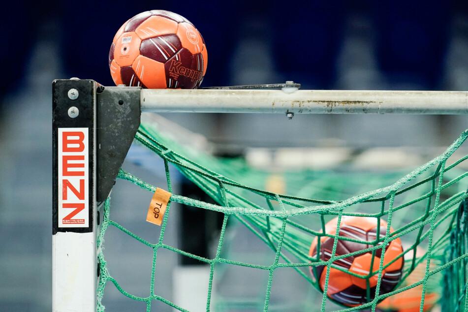 Spielbälle liegen im Netz eines Tors. (Symbolbild)