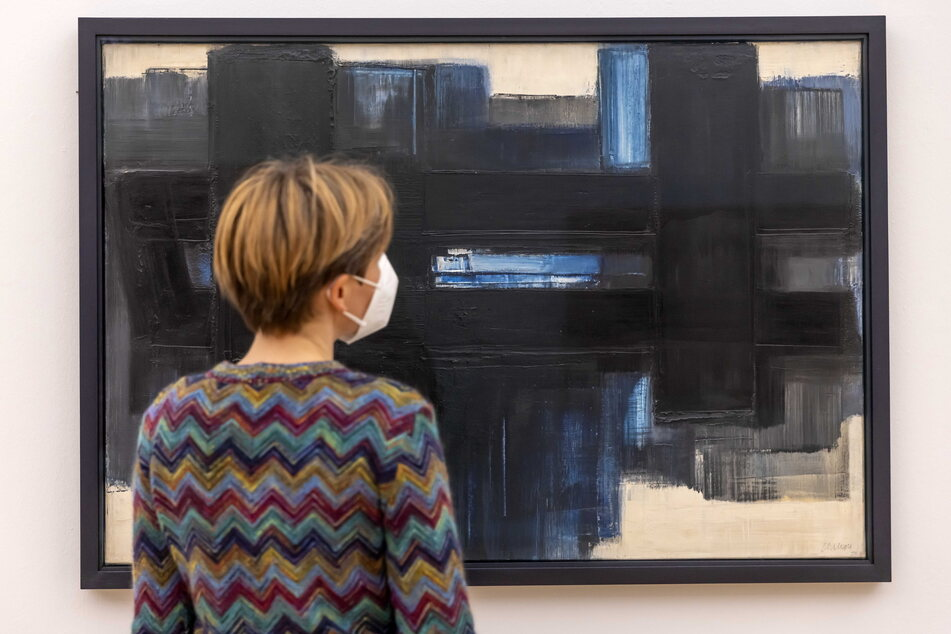 Kunstsammlungen-Sprecherin Carolin Nitsche (39) betrachtet ein Soulages-Werk aus dem Jahr 1957.