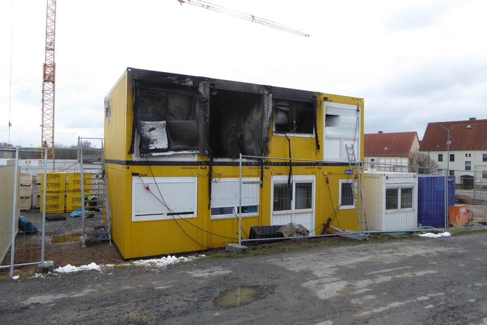Brandstiftung? Container auf Baustelle in Flammen