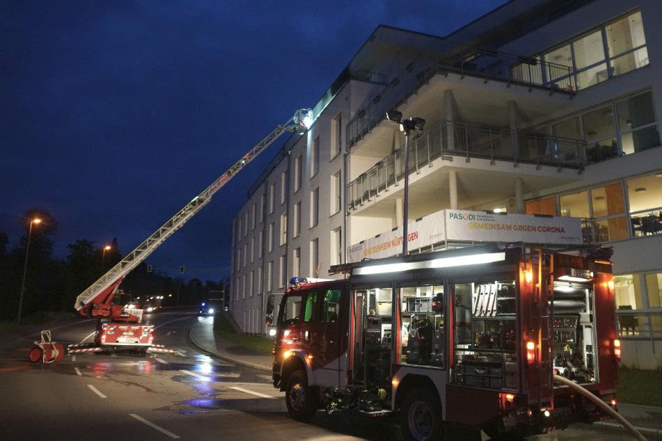 Die Feuerwehr rückte mit einer Drehleiter zum Seniorenheim aus.