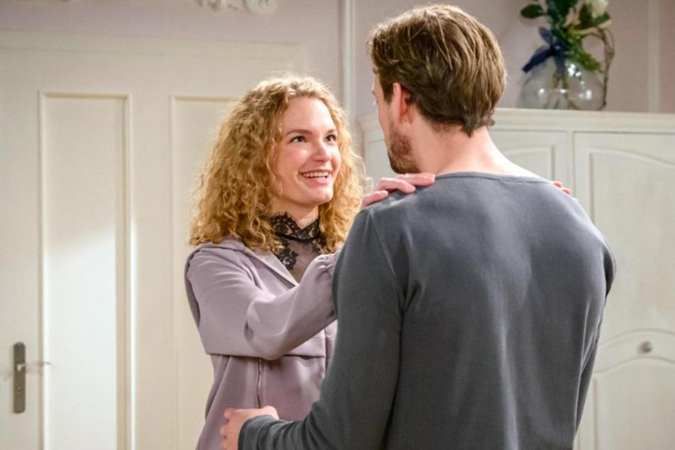 Maja (Christina Arends) freut sich mit Hannes über den Erfolg ihrer Hüte. Doch dann wird ihr Glück schnell getrübt.