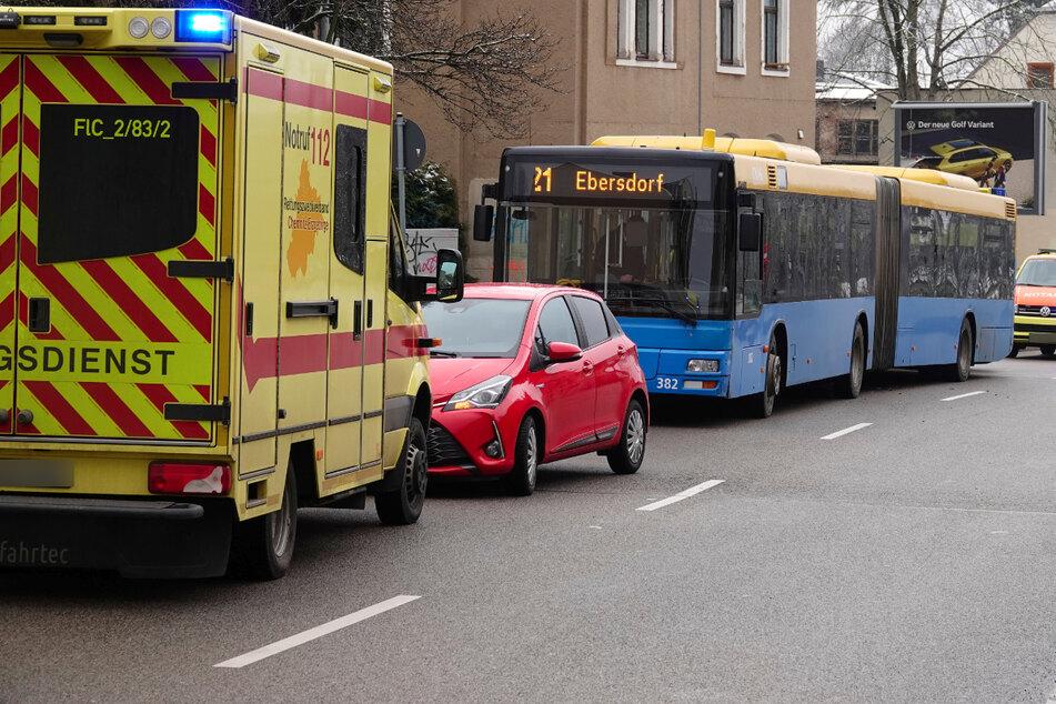 Bus-Unfall in Chemnitz: Zwei Personen verletzt, eine davon schwer
