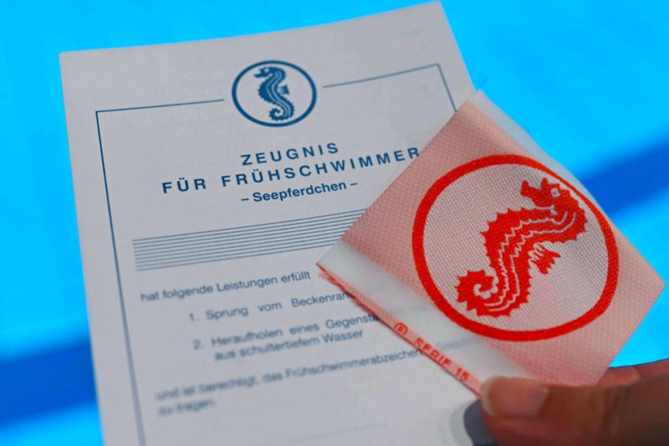 """Kinder werden mit Gutscheinen für einen Schwimmkurs beim Abzeichen """"Seepferdchen"""" unterstützt."""