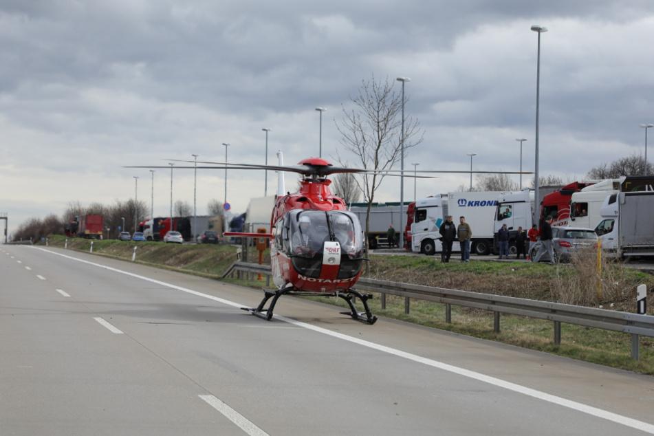 Ein Rettungshubschrauber hat den schwer verletzten Lkw-Fahrer ins Krankenhaus geflogen.