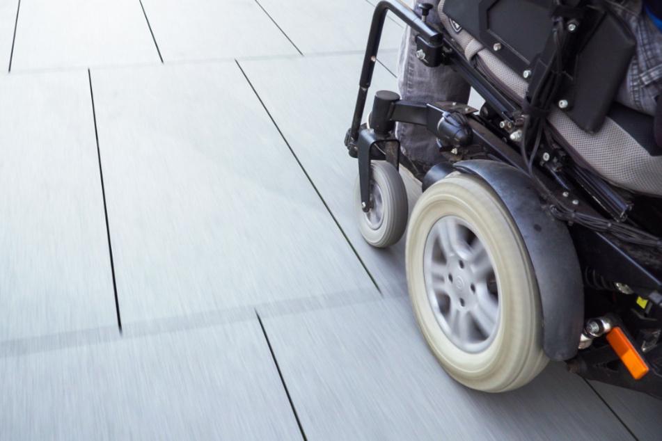 Beim Zusammenstoß mit einer Leipziger Tram ist der Fahrer eines elektrischen Rollstuhls schwer verletzt worden. (Symbolbild)