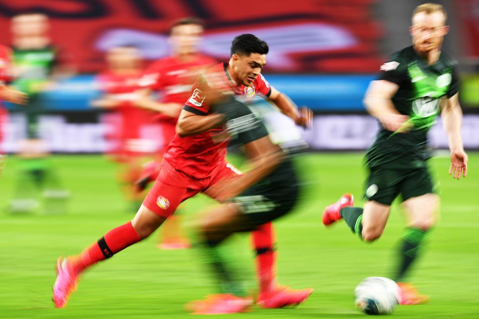Nadiem Amiri (M) von Leverkusen in Aktion.