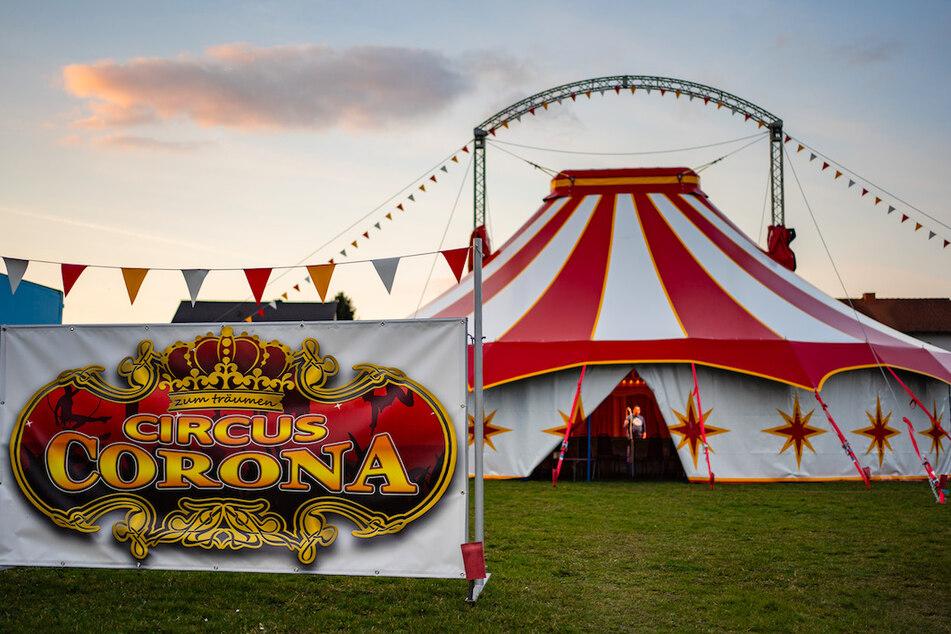 Das Zelt des Circus Corona steht auf einer Wiese in Oberhaid.