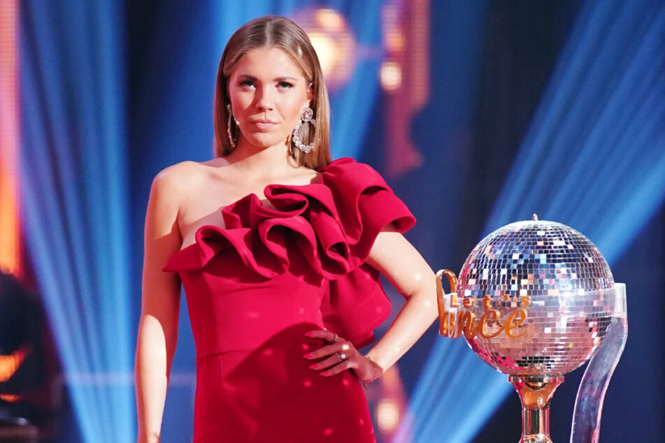 Moderatorin Victoria Swarowski (26) im roten Kleid.