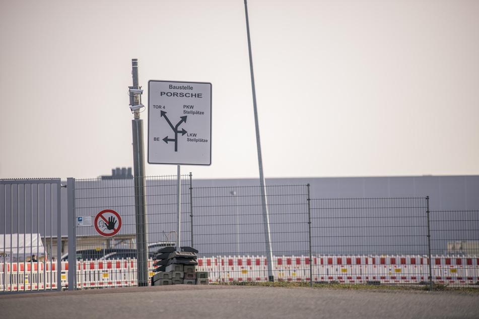 Zur Porsche-Baustelle haben nur noch Menschen mit negativem PCR-Test Zutritt.