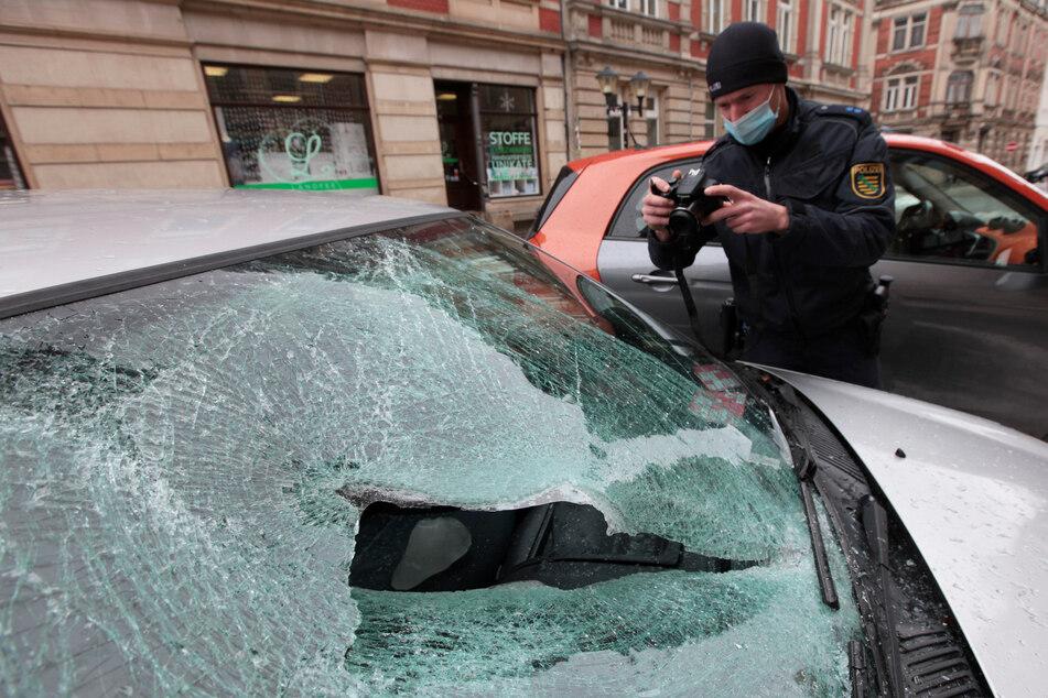 Bilder wie diese glichen sich. Autos fielen den herabstürzenden Eisbrocken zum Opfer.