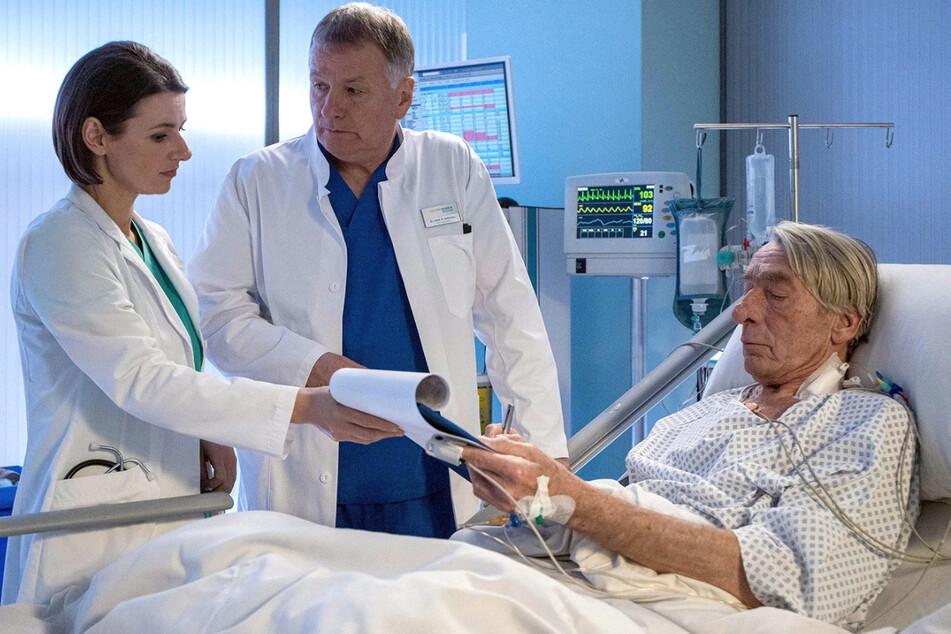 Karl unterschreibt eine Patientenverfügung, in der erexterne lebenserhaltende Maßnahmen außerhalb des Eingriffs ablehnt.