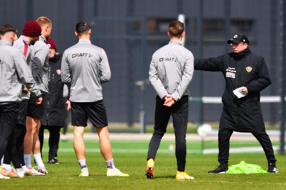 Dynamo-Coach Markus Kauczinski (51, r.) darf derzeit mit seiner Mannschaft nicht trainieren. Läuft alles gut, könnte es aber am Mittwoch weitergehen.