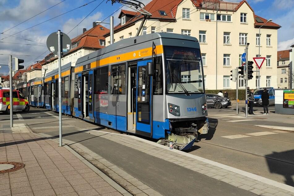 Eine Straßenbahn wurde beim Zusammenstoß mit einem Auto beschädigt.