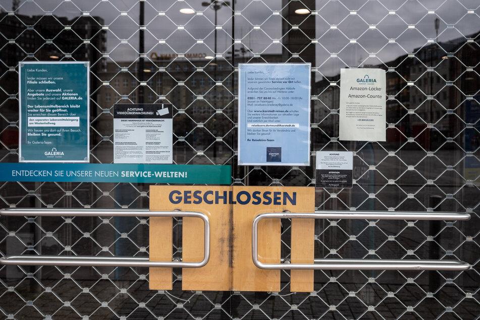 Die Türen zu einer Karstadt-Filiale sind mit einem Rollgitter verschlossen.
