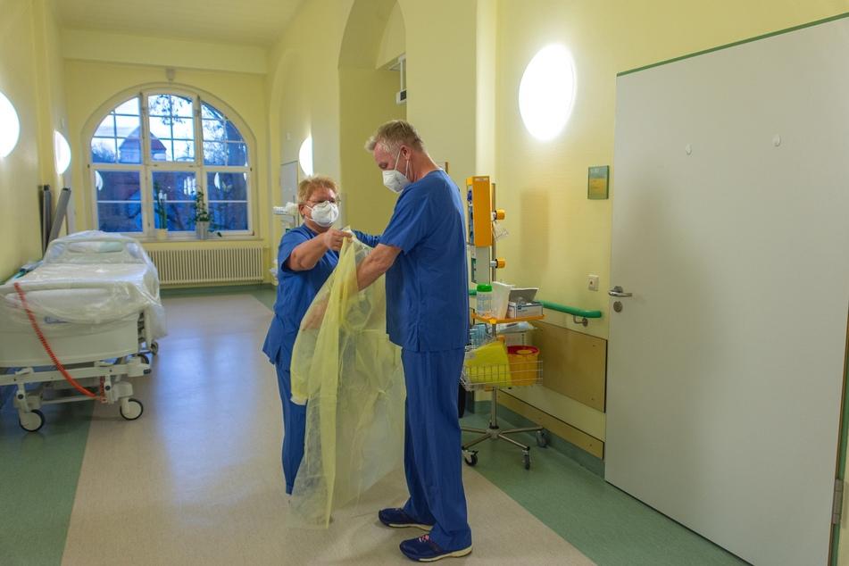 Prof. Christian Pihl (53,links) von der Westsächsischen Hochschule Zwickau unterstützt das Chemnitzer Klinikum als Pfleger auf einer Corona-Station.