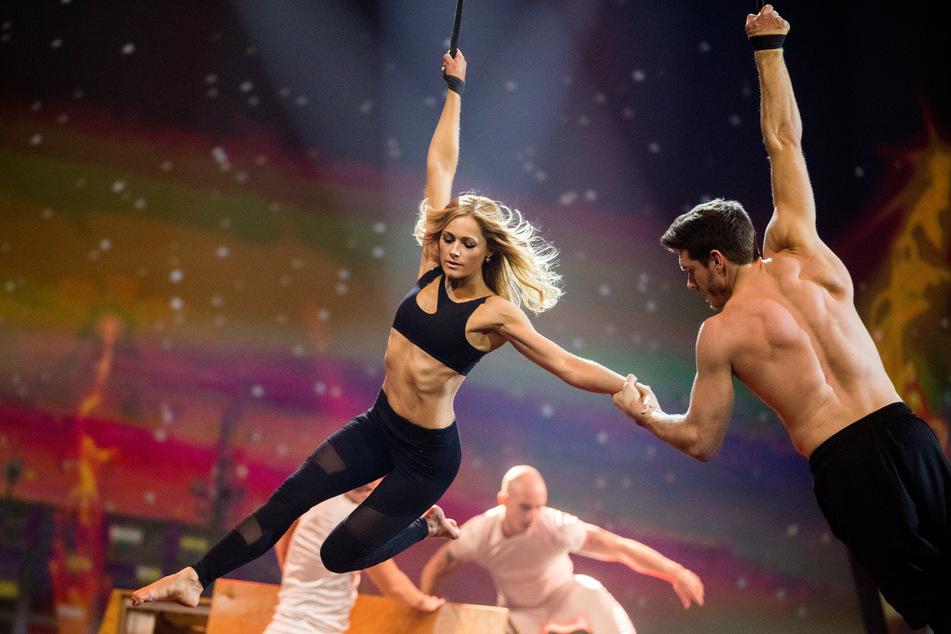 Schlagerstar Helene Fischer (35) schwebt mit dem Akrobaten Thomas Seitel (35) bei einer ihrer Shows durch die Luft.