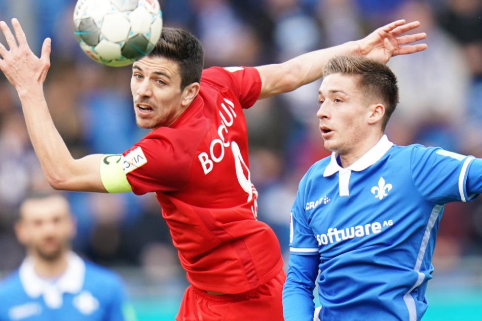 Darmstadts Marvin Mehlem (r) und Bochums Anthony Losilla kämpfen den Ball.