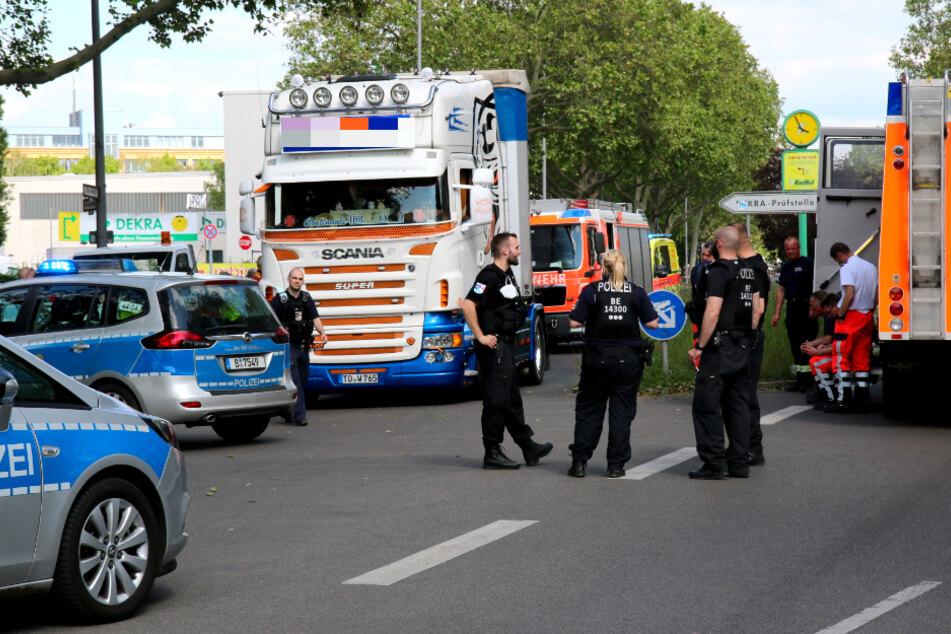 Der Lkw soll die Person tödlich verletzt haben.
