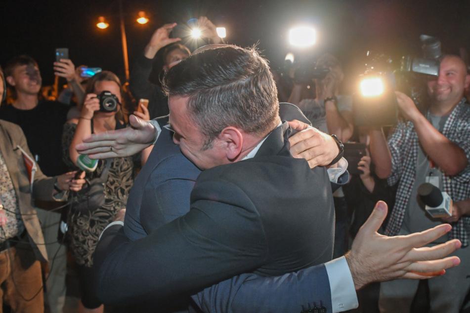 Rene Wilke (l, Die Linke), Oberbürgermeister der Stadt Frankfurt (Oder), umarmt Mariusz Olejniczak, Bürgermeister von Slubice, auf der Stadtbrücke zwischen dem polnischen Slubice und Frankfurt (Oder) anlässlich der Grenzöffnung und dem Wegfall der Grenzkontrollen.