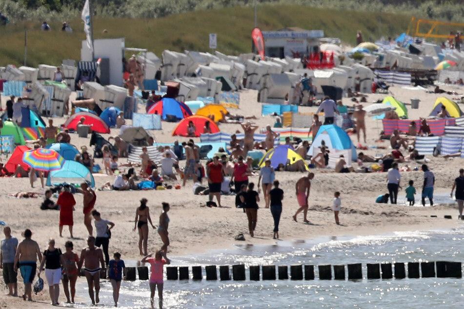 Besucher haben sich am Ostseestrand niedergelassen. (Archivbild)