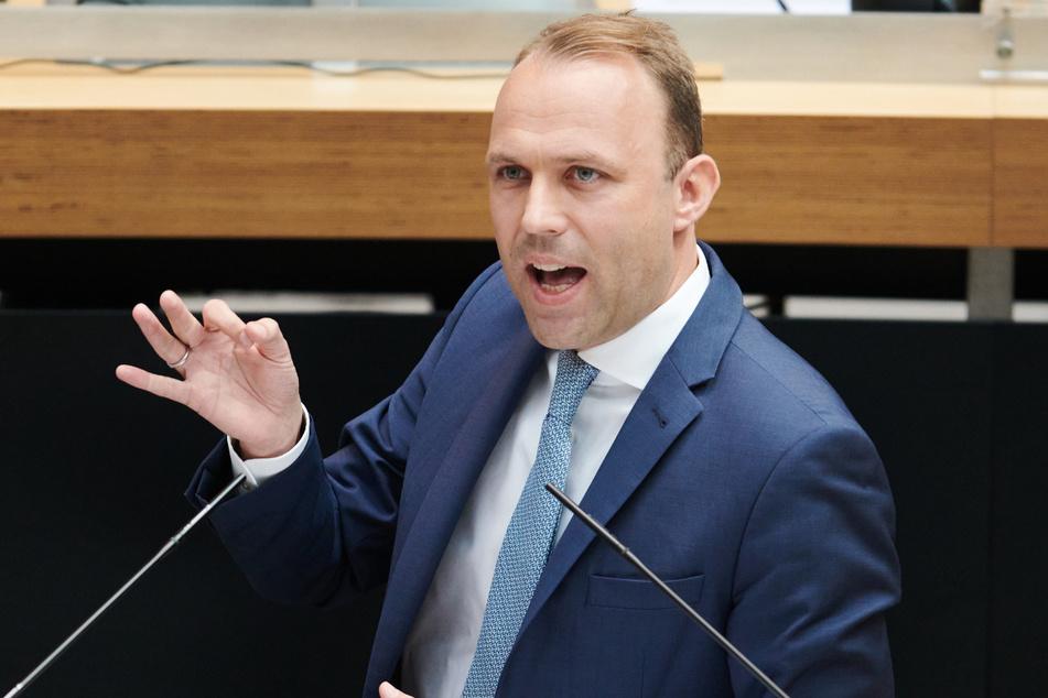 """Sebastian Czaja spricht in der Plenarsitzung des Berliner Abgeordnetenhauses. Der Berliner FDP-Fraktionschef wirft dem rot-rot-grünen Senat """"Sprachlosigkeit"""" vor."""