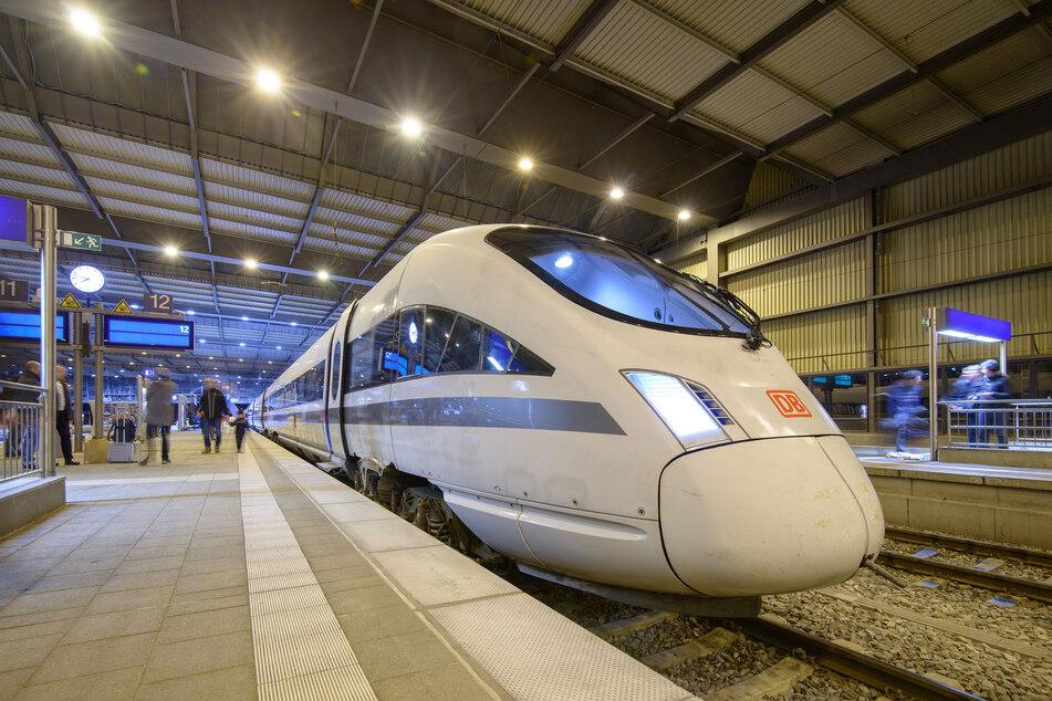 Ungewohnter Anblick! 2018 hielt ein Sonder-ICE im Rahmen einer Werbeaktion im Chemnitzer Hauptbahnhof. Ob bis 2025 regelmäßig Fernverkehrs-Züge in Chemnitz halten, bleibt offen (Archivbild).