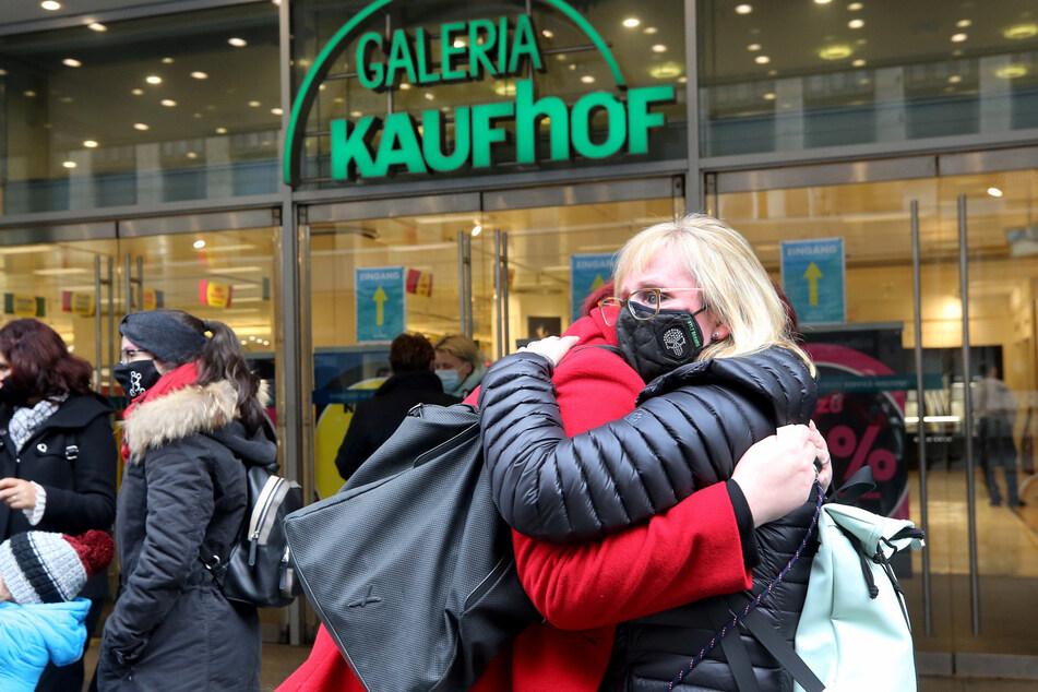 Galeria Karstadt Kaufhof macht Filialen dicht: Mitarbeiter trauern um Jobs