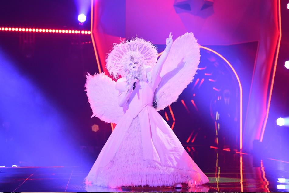 Bülent Ceylan rockte als Heavy-Metal-Engel die Bühne.