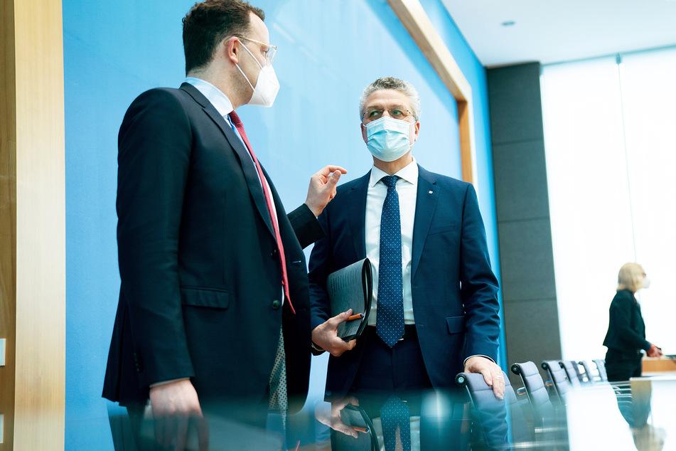 Lothar Wieler (60, r.), Präsident des RKI unterhält sich nach einer Pressekonferenz zur Corona-Lage mit Gesundheitsminister Jens Spahn (40, CDU).