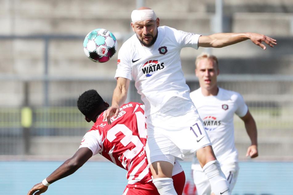 Ein echter Typ! Auch nach seiner Platzwunde im Ulm-Spiel geht Philipp Riese weiter mit vollem Einsatz in die Zweikämpfe - hier gegen den Würzburger Frank Ronstadt.
