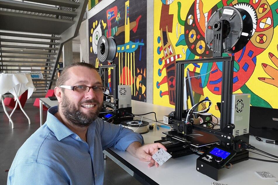 Sebastian Wiesenhütter (39) von der TU druckt aus den digitalen Entwürfen 3D-Modelle des Fritz-Foerster-Platz.