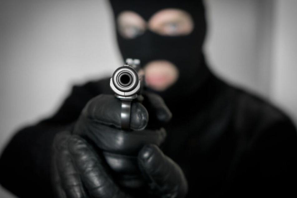 Die Männer bedrohten die Verkäuferin mit einer Pistole. (Symbolbild)