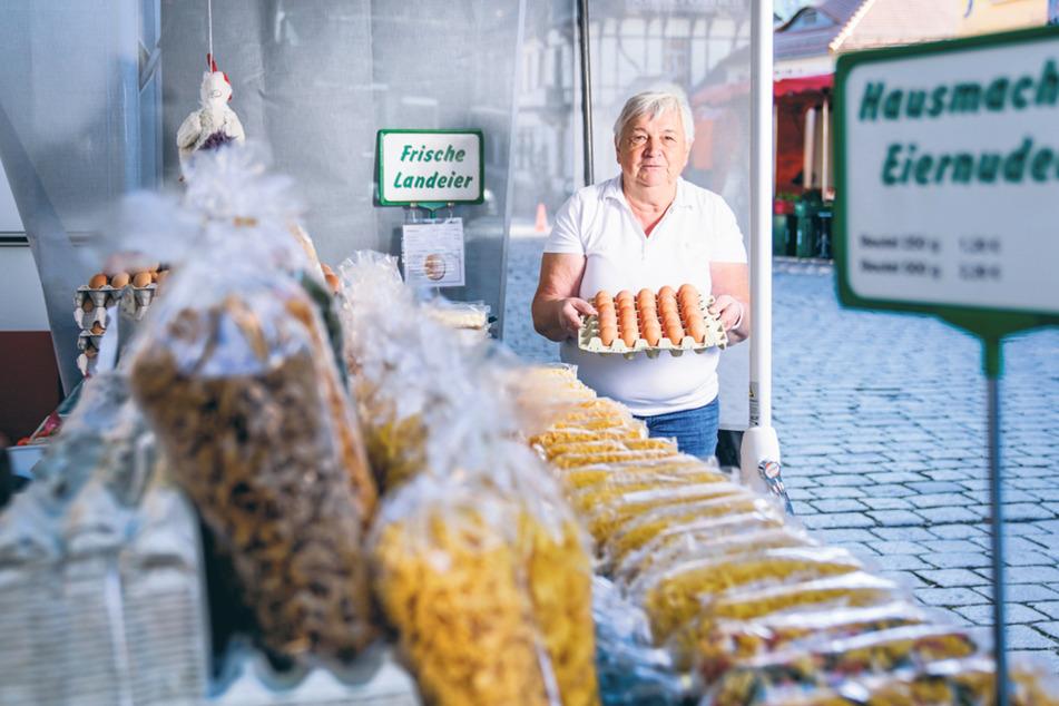 Krahls Eierfrau Gabriele Rothe (71) ist seit 2015 dabei. Auch sie kämpft jeden Morgen um einen Parkplatz am Markt.