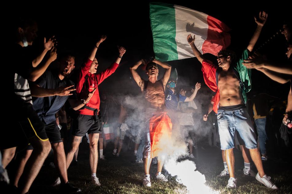Fans feiern auf der Piazza Venezia.