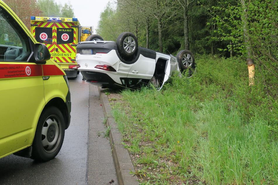 In Bad Schlema ist am Freitag ein Opel verunglückt. Das Auto blieb auf dem Dach liegen.