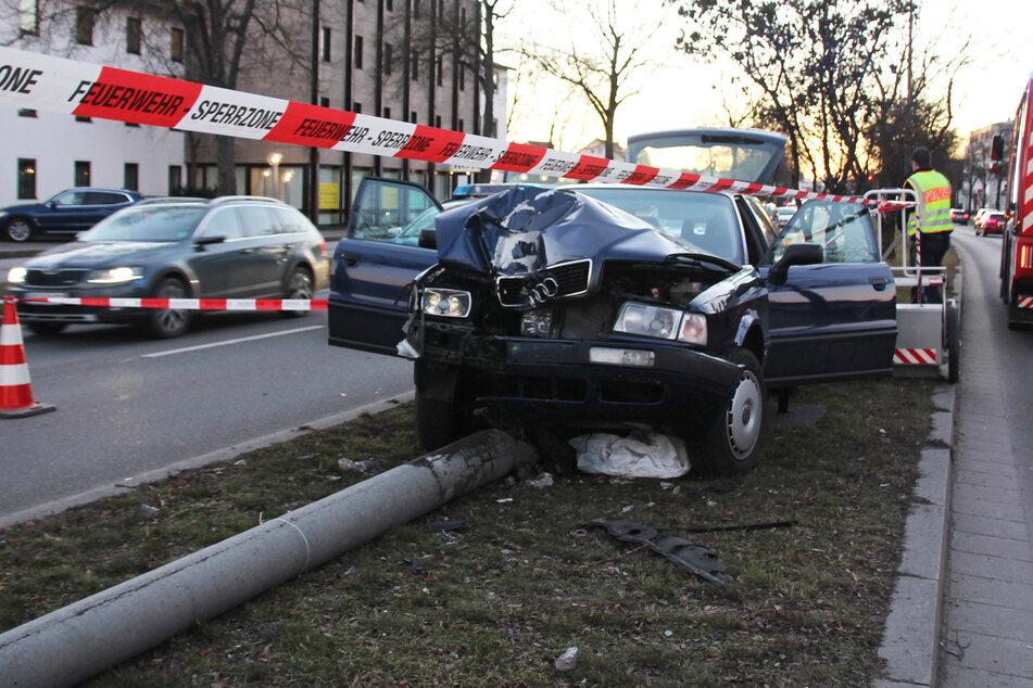 Unfall auf dem Grünstreifen: Audi fällt Lichtmast
