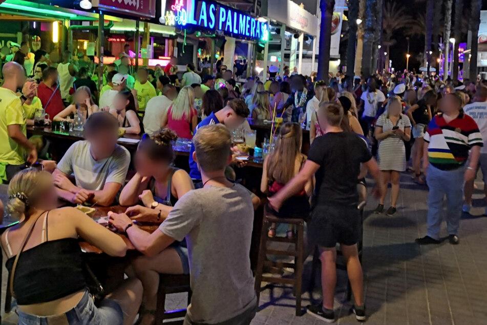 """Mitte Juli 2020: Dichtes Gedränge herrscht an der """"Bierstraße"""". Hunderte Urlauber aus Deutschland sollen am Ballermann auf Mallorca Party gemacht haben, ohne sich um die derzeit in Spanien geltenden Corona-Regeln zu scheren."""